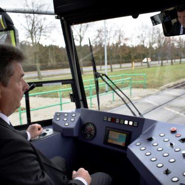 OB Dr. Lutz Trümper am Steuer der Straßenbahn