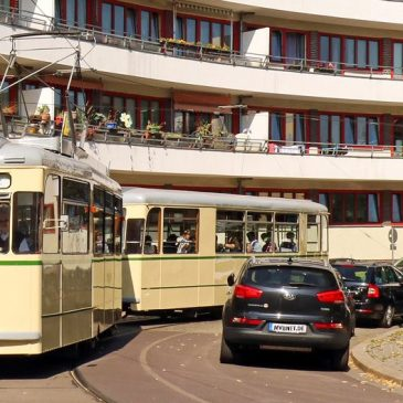 Das vom Architekten Hans Holthey entworfene und 1930 fertig gestellte Bogenhaus prägt den Olvenstedter Platz (Foto: Verein IGNah/Ralf Kozica)