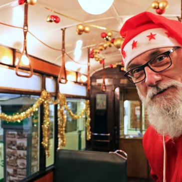 Weihnachtsmann in einer historischen Straßenbahn