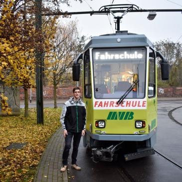 Johannes Lauf vor dem MVB-Fahrschulwagen