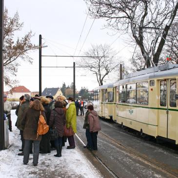 »Früher war mehr Schnee!« Dass diese Erinnerung stimmt, zeigt dieses Foto vom 30. Januar 2010. Die Fahrt mit der »4« um die Welt führt bei jedem Wetter über Cracau, wo ein kurzer Aufenthalt eingelegt wird (Foto: Ralf Kozica/IGNah)