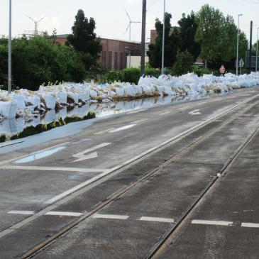 Sandsäcke auf dem August-Bebel-Damm im Juni 2013.