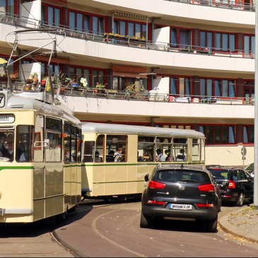 Das vom Architekten Hans Holthey entworfene und 1930 fertig gestellte Bogenhaus prägt den Olvenstedter Platz