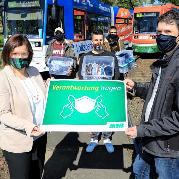 Birgit Münster-Rendel mit Christian Söder (rechts) und den Geflüchteten, die die Masken hergestellt haben. (Foto: Peter Gercke)