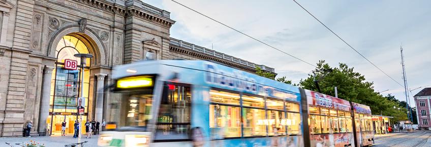 Straßenbahn vor dem Hauptbahnhof (Foto: Stefan Deutsch)