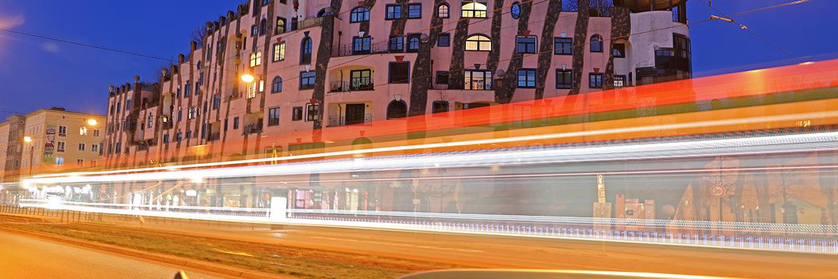 Nachtverkehr am Hundertwasserhaus (Foto: Peter Gercke)