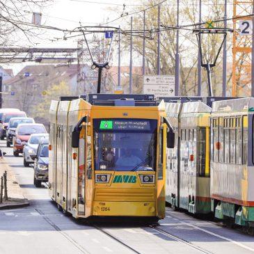 Die Straßenbahnlinie 4 fährt über die Anna Ebert Brücke.