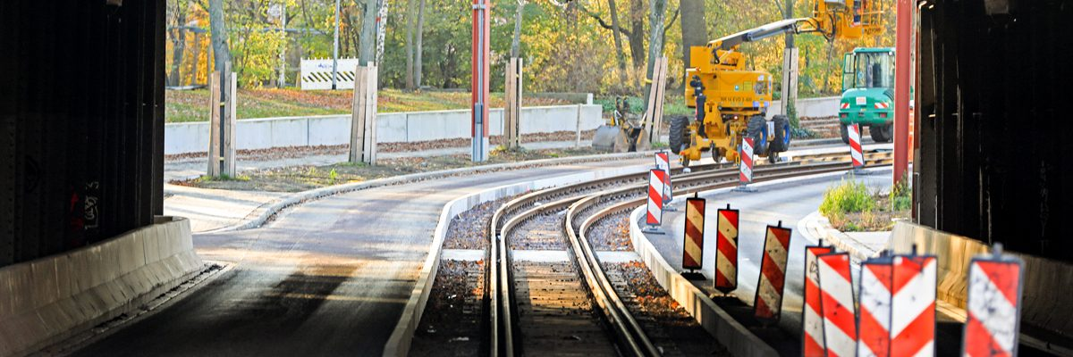 BA 7: Neue Gleisverschlingung unter der Brücke am Buckauer Bahnhof auf der Warschauer Straße.