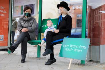 """MVB-Geschäftsführerin Birgit Münster-Rendel und Luisa Grünig mit der Puppe """"Der kleine Häwelmann"""" an der Haltestelle S-Bahnhof Buckau/Puppentheater (Foto: Peter Gercke)"""