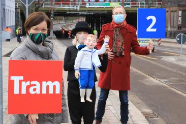 """v.l. MVB-Geschäftsführerin Birgit Münster-Rendel, Luisa Grünig mit der Puppe """"Der kleine Häwelmann"""" und Intendanten des Puppentheaters Magdeburg Michael Kempchen (Foto: Peter Gercke)"""