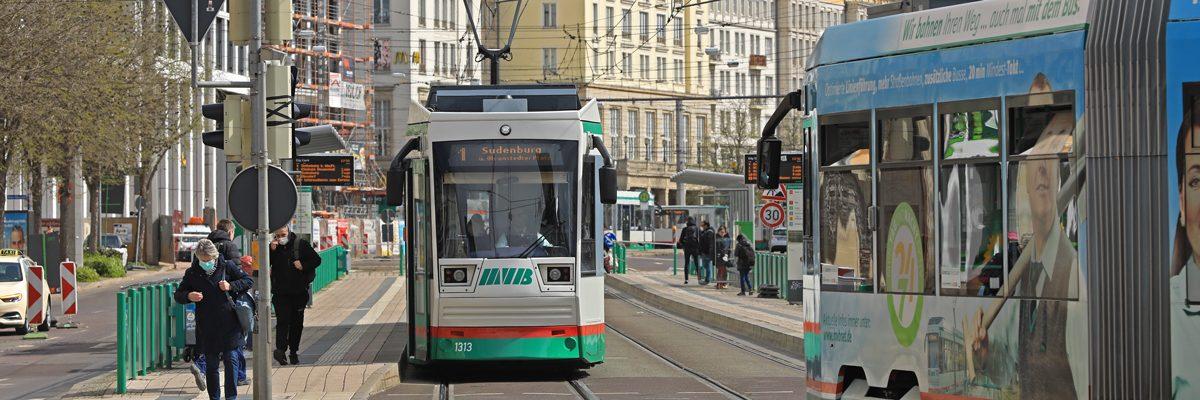 Straßenbahn auf der Ernst-Reuter-Allee (Foto: Peter Gercke)