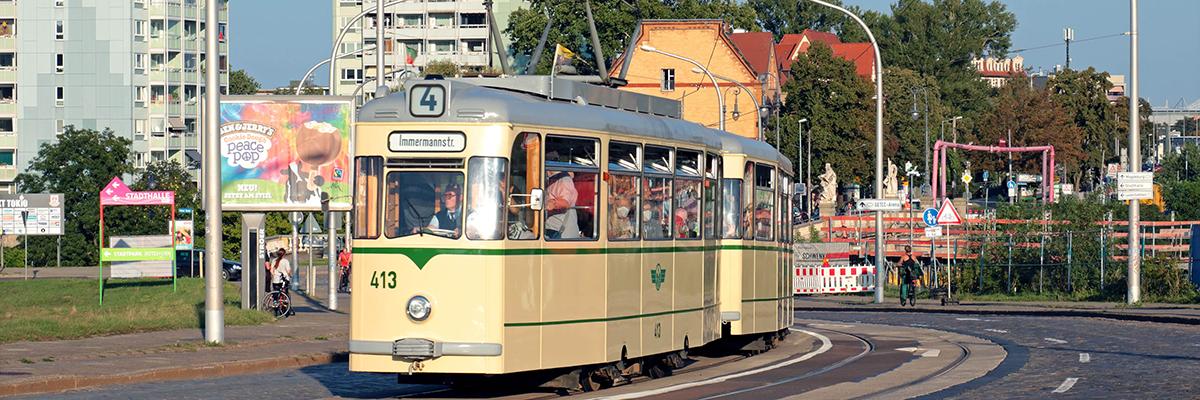 In den 1960er und 1970er Jahren prägten Gotha-Züge das Erscheinungsbild der Linie 4 Am 9. Oktober 2021 starten wir wieder »Mit der Linie 4 um die Welt« vom Museumsdepot Sudenburg: Annett und Nadja Gröschner laden gemeinsam mit den Mitgliedern des Vereins IGNah e.V. ein, in einer historischen Gotha-Straßenbahn auf Lesereise zu gehen. Karten für die Fahrt um 19 Uhr sowie wenige Restkarten für die Fahrt um 15 Uhr gibt es zum Preis von 15,-- Euro bei der Feuerwache Magdeburg über das Kartentelefon 03 91 – 602 809